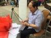 Bás sĩ Giao soạn quà cho người hiến máu