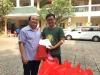 Bs Giao trao ân nhân hiến máu nhận quà