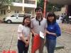 Hà Trần và thầy giáo hiến máu nhận quà